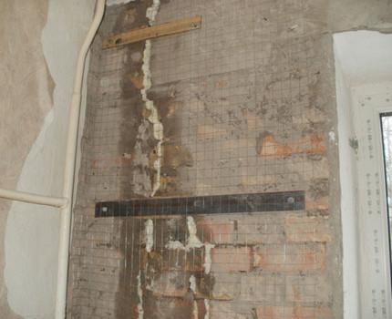 Plaisas dzīvojamās ēkas sienā