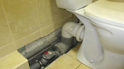 Sewer elbow with valve