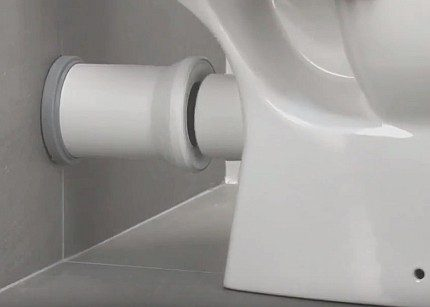 Toilet bowl assembly with horizontal nozzle