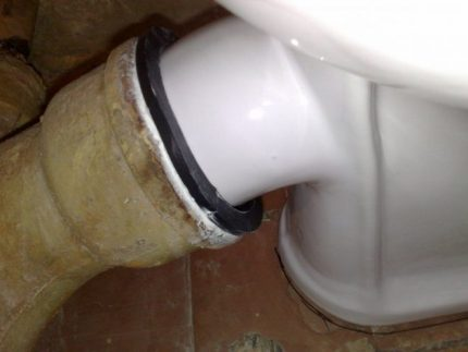 Toilet with oblique nozzle assembly