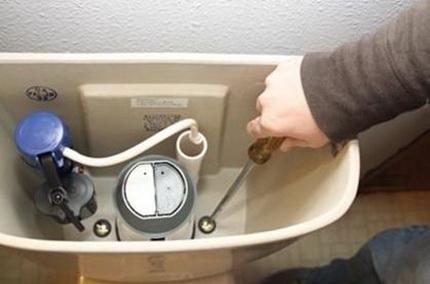 Comment les plombiers éliminent les fuites de toilettes