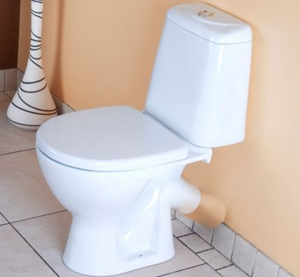 Installation of a toilet with an oblique release