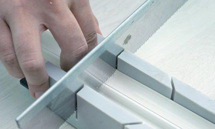 Utilisation d'une boîte à onglets pour couper des boîtes
