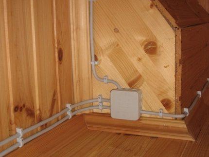 Câbles et boîtier de câblage ouvert
