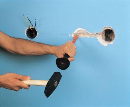 Stroboscopes avec un marteau et un burin