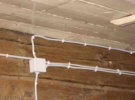 Fixation des câbles d'alimentation aux supports