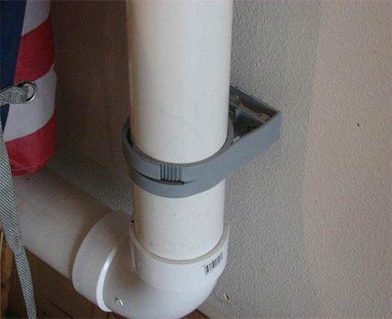 Fixation d'un conduit en plastique avec une pince