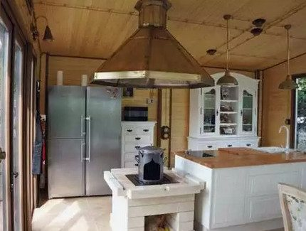 Câblage ouvert à l'intérieur de la cuisine