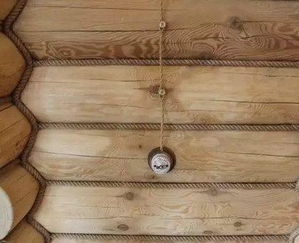 Câblage externe sur un mur en bois