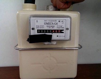 Gas meter with temperature corrector