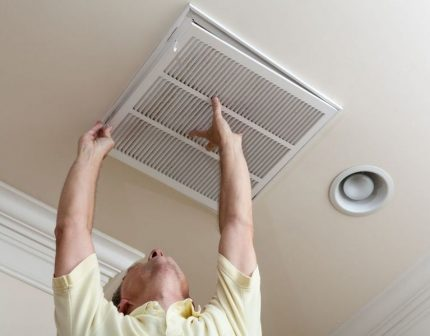 Cleaning the ventilation system indoors