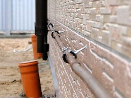 Tuyaux de gaz le long du mur