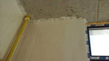 Tuyau de gaz dans le mur