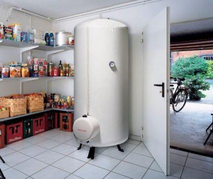 Chaudière au sol avec réservoir de stockage intégré