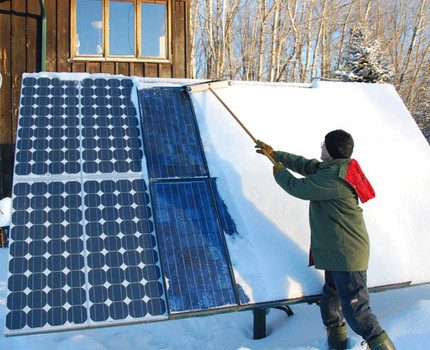 Cleaning the solar generator from snow