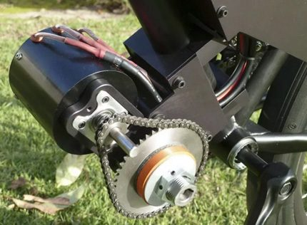 Dviračio variklis vėjo generatoriui