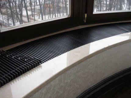 Convecteur sur le rebord de la fenêtre