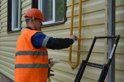 La vérification des joints de tuyaux est un aspect de sécurité très important.