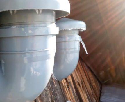 Différents canaux pour la ventilation de la cuisine et du bain