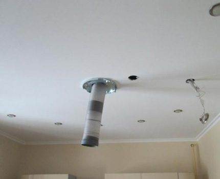 Le conduit passe en plein milieu du plafond