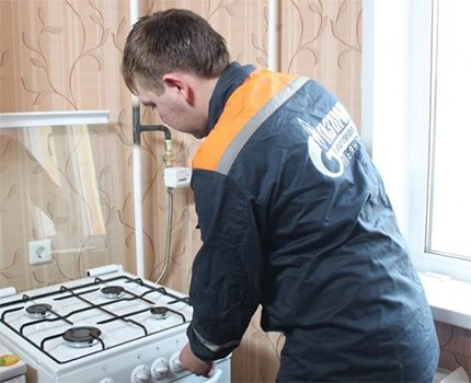 Inspection of equipment by a gas service specialist