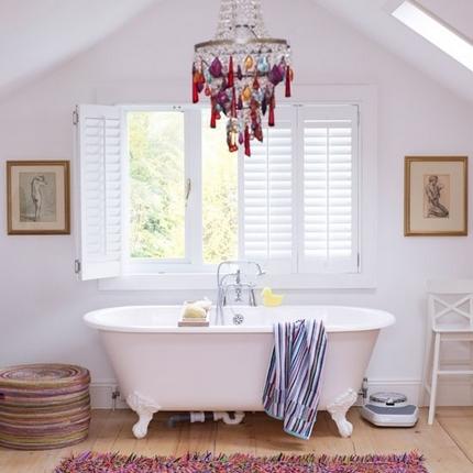 Lustre en cristal coloré au-dessus de la baignoire