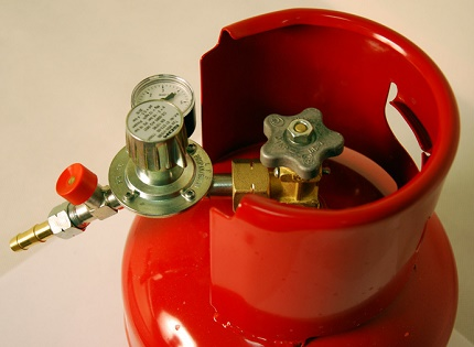 The principle of installing a reducer on a gas cylinder