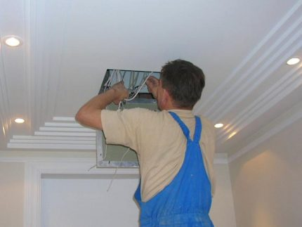 Use of a ceiling inspection hatch