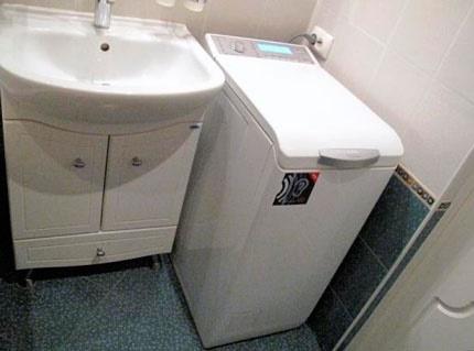 Laveuse verticale dans la salle de bain