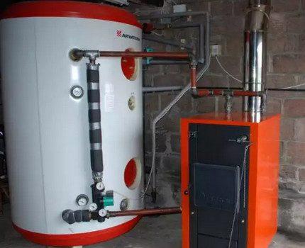 Accumulateur de chaleur avec chaudière à combustible solide