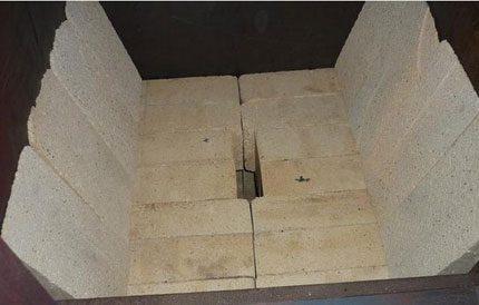 Disposition avec des briques d'argile réfractaire