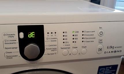The washing machine door is not closed