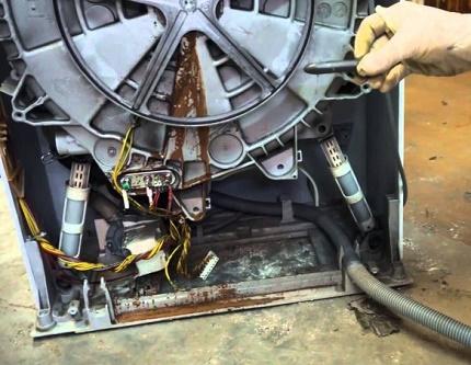Dismantling the machine tank