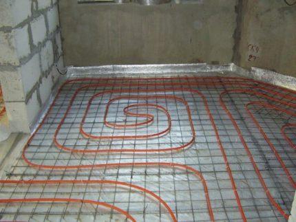 Grīdas apkures cauruļu ieklāšana