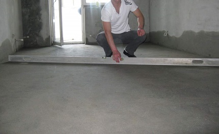 Checking the quality of the screed on the warm floor