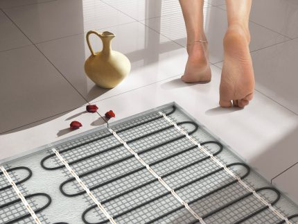 Convenience of use of a heat-insulated floor