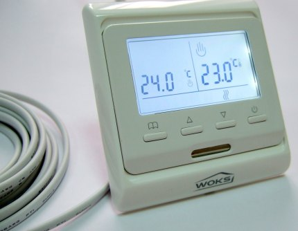 Electronic thermostat with display