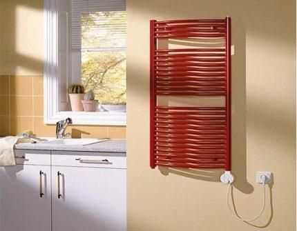 Porte-serviettes chauffant électrique dans la salle de bain