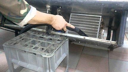 Ledusskapja kondensatora tīrīšana