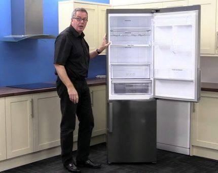 Nord ledusskapis ar veramām durvīm