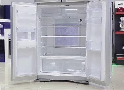 Ledusskapis ar augšējo saldētavu