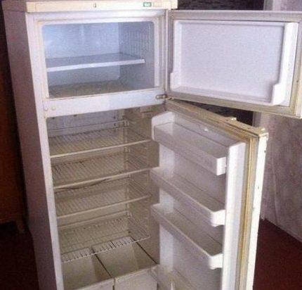 Vecs divkameru ledusskapis