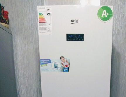 Informācijas uzlīmes uz ledusskapja
