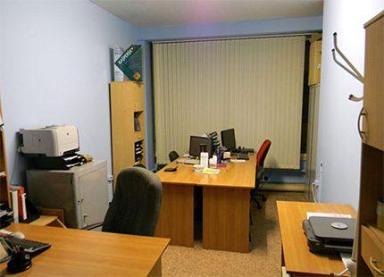 Biroja istaba ar elektriskām ierīcēm