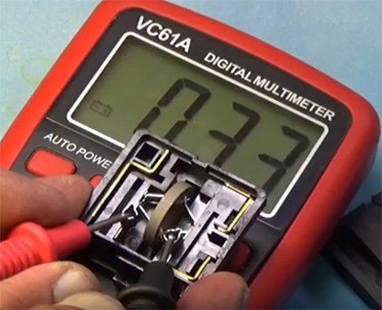 Multimetra izmantošana, pārbaudot posistoru