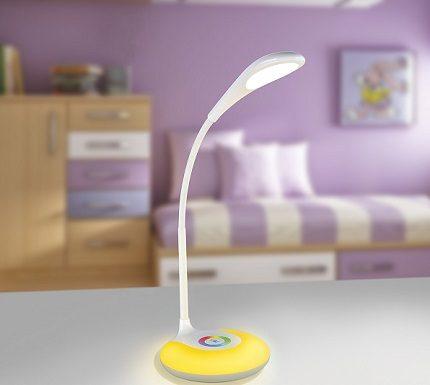 La possibilité d'incliner et de faire pivoter la lampe de table