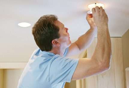 Replacing the LED lamp