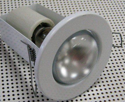 Lampe à incandescence dans le boîtier d'un projecteur