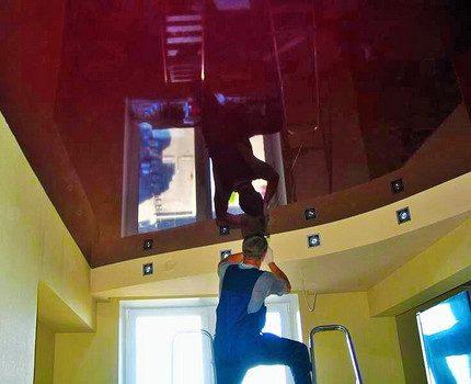 Installation de lampes dans les plafonds suspendus