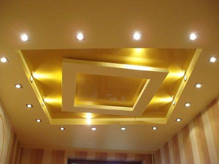 Plafond tendu avec lampes halogènes